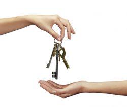 Main transmettant une clé